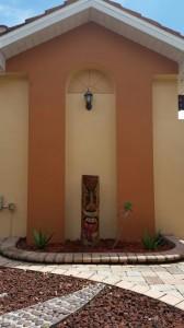 Holzfigur im Innenhof